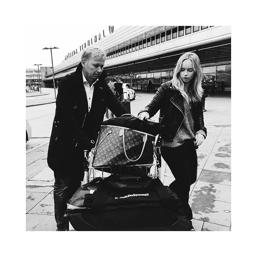 Cecilia med pappa på Arlanda